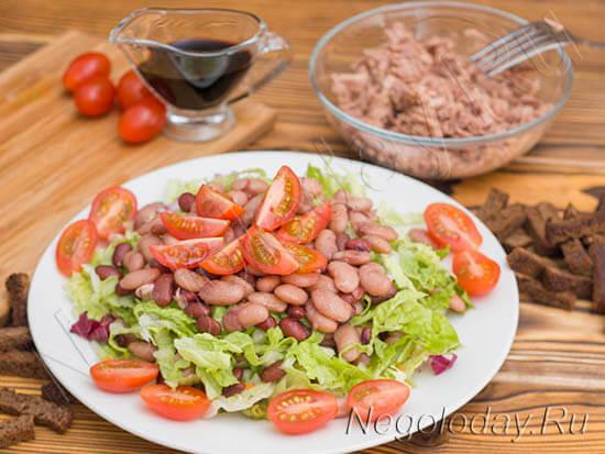 Приготовить салат из консервированных грибов