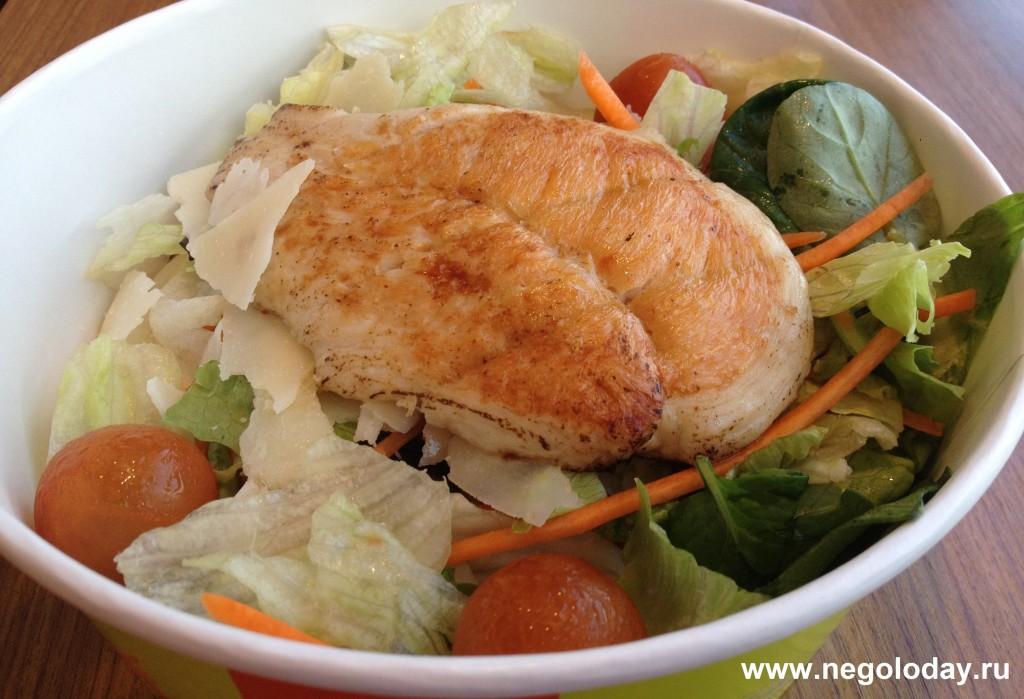 Овощной салат с курицей гриль без заправки.