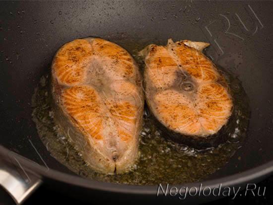 Жарим стейк из семги с двух сторон
