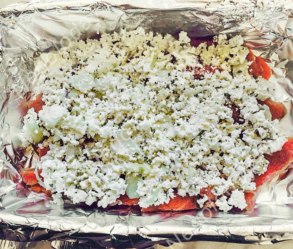Блюда из филе индейки. Выложите слоями мясо и творог.