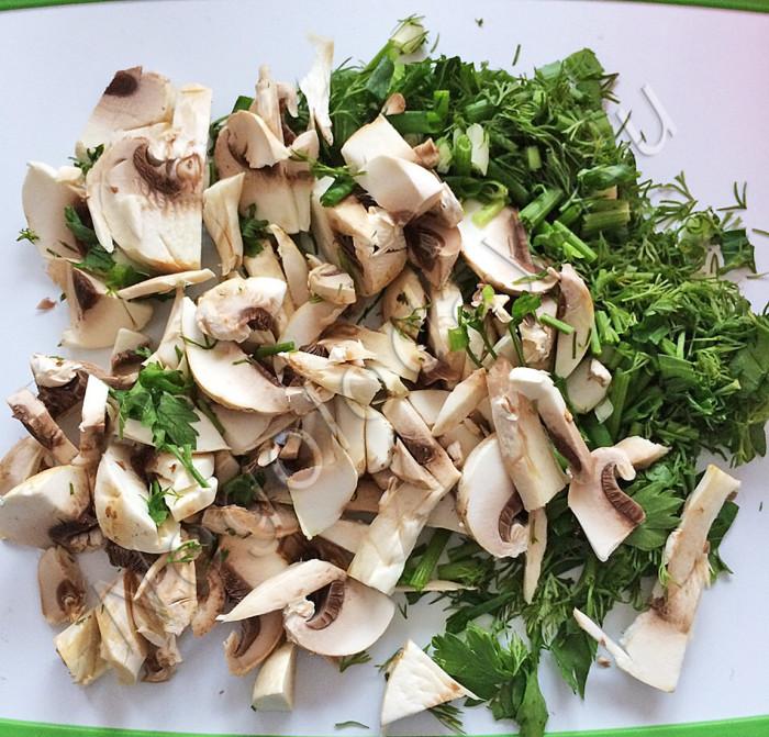 Измельчите грибы, зелень. Рецепт Negoloday.Ru
