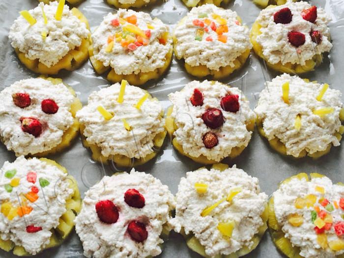 Украсьте ягодой и кокосовой стружкой низкокалорийный десерт из творога
