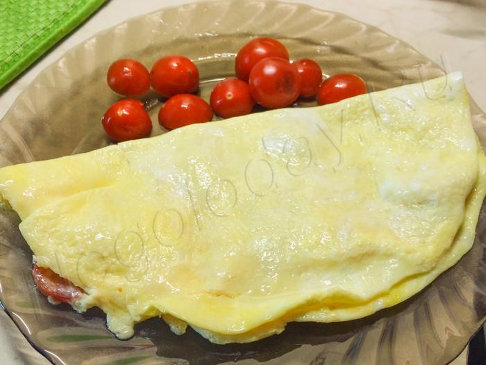 Омлет с помидорами на завтрак