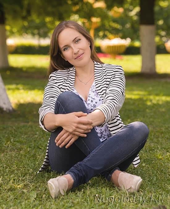 Ольга Деккер на траве в парке