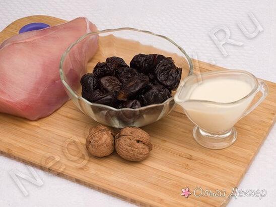 Продукты для салата с куриной грудкой и черносливом