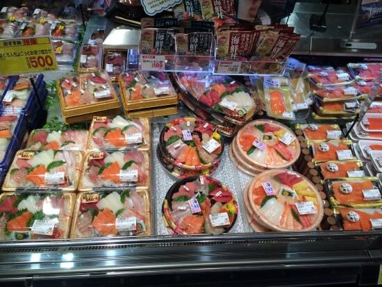 Наборчики суши и сашими в японском супермаркете