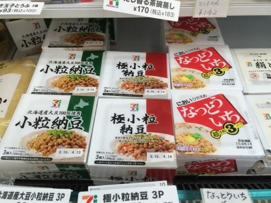 Натто на полках магазина в Японии