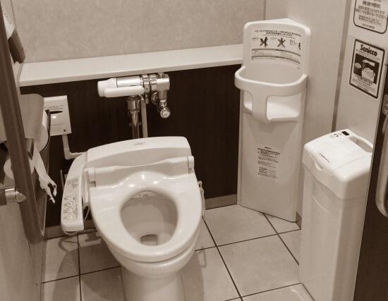 Современный туалет в японском магазине