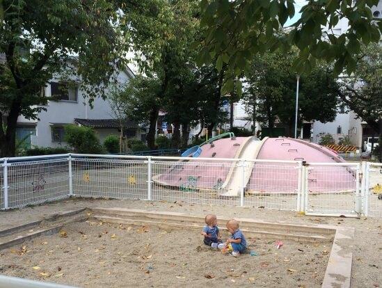 Уютный сквер с детской песочницей, качелями и горкой в Японии
