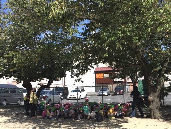 Японские дети гуляют на улице в шориках и маечках в Октябре