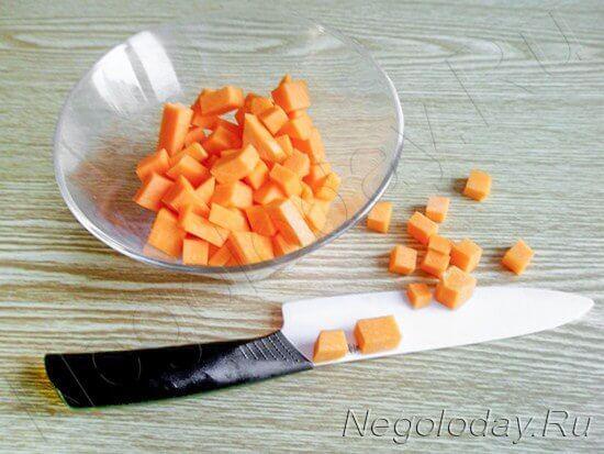 Тыкву почистите и порежьте кубиками
