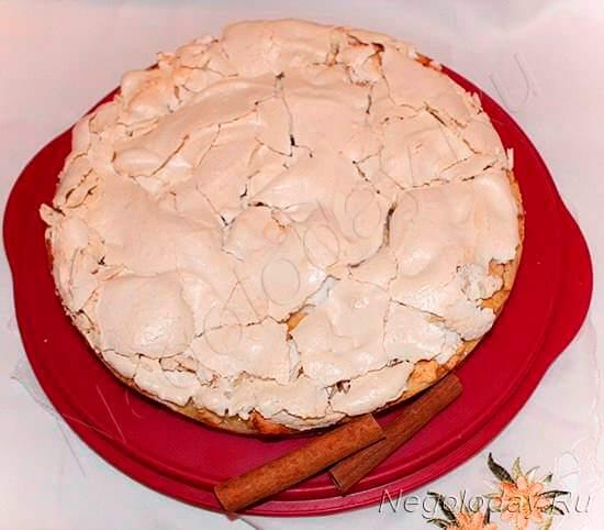 Пирог из творога и яблок готов