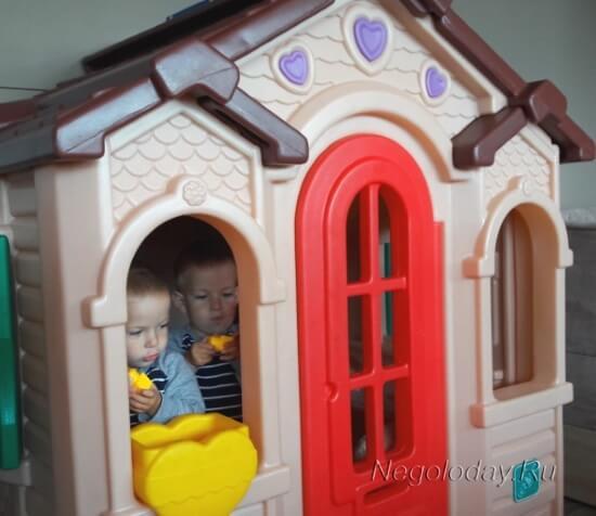 Дети вместе играют в домике