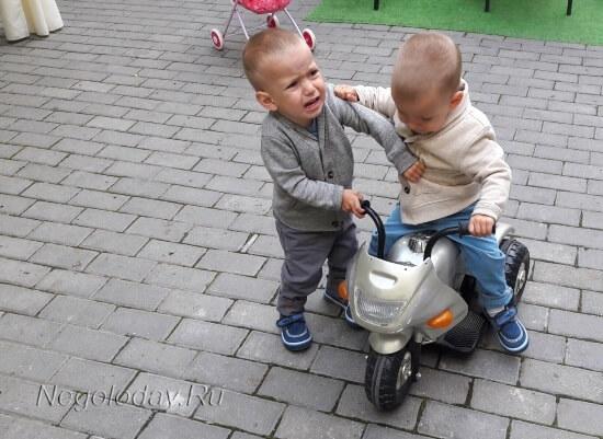 Ребенок не хочет делиться игрушкой