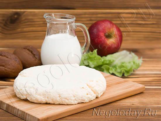 Домашний мягкий сыр на доске