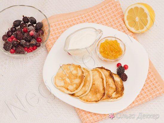 Оладьи с творогом и ягодами на салфетке