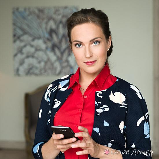 Ольга Деккер в красном с телефоном
