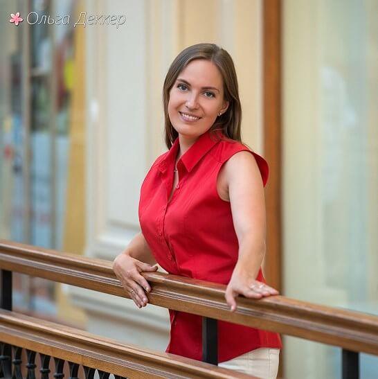 Ольга Деккер в красной блузке в Гуме_