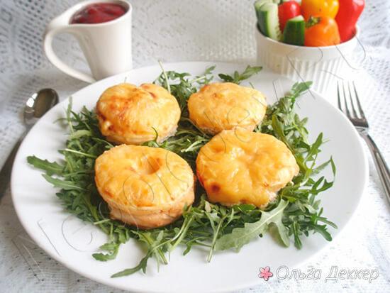 Куриная грудка с сыром и ананасами на тарелке