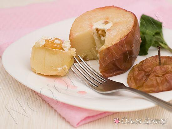 десерт из яблока на тарелке