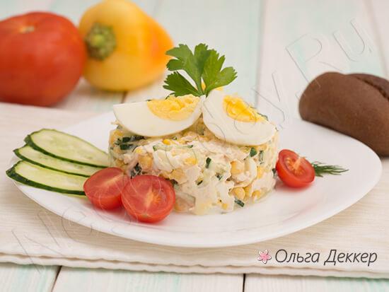 Красивый салат с отварной куриной грудкой и кукурузой