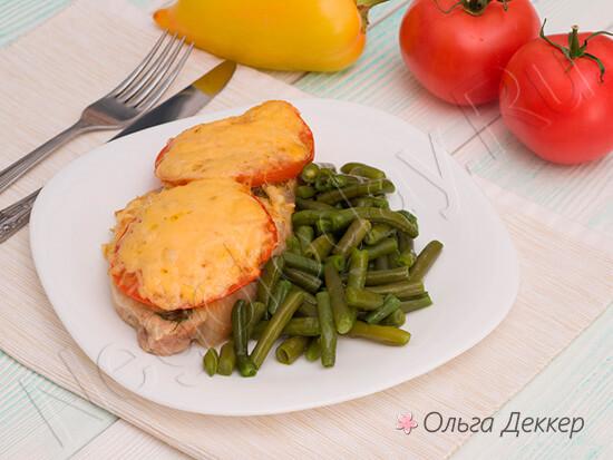 Свинина под сыром с помидорами