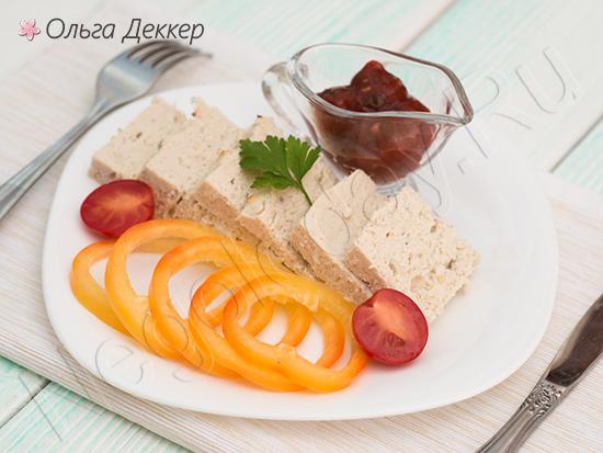 суфле из индейки с овощами на тарелке
