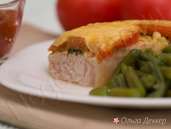 Свинина запеченная с помидорами и сыром