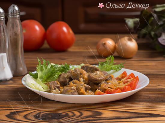 Вкусная телятина с овощами на тарелке