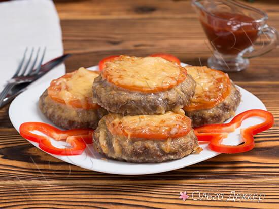 Бифштекс с помидорами и сыром