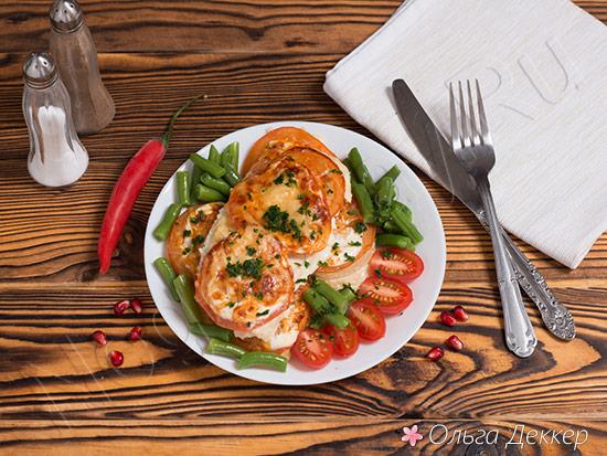 Диетическая куриная грудка с помидорами и сыром
