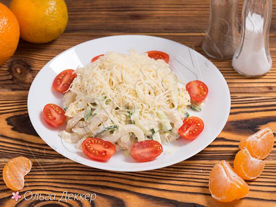 Диетический салат из кальмаров с огурцом