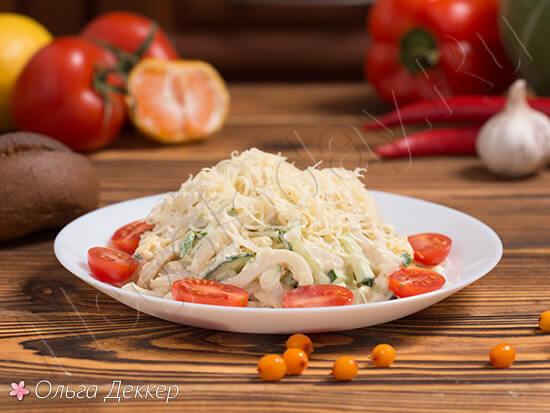 Низкокалорийный салат из кальмаров с огурцом и яйцом