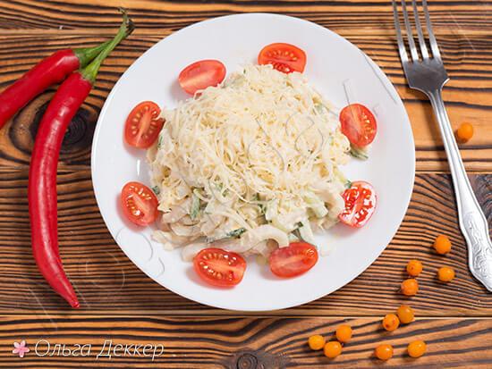 Чудесный салат из кальмаров с огурцом и яйцом – его можно приготовить за 10 минут