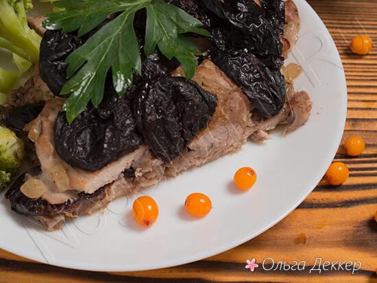 Свинина с черносливом и желтые ягоды