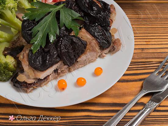 свинина с черносливом и ягодами
